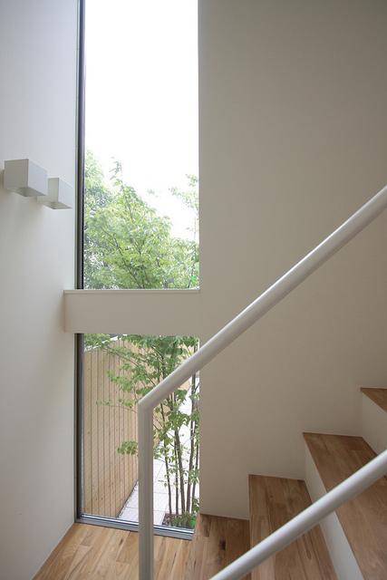 『永福の家』光と風が通り抜ける、明るくかわいらしい住宅の写真 階段室-縦長の窓