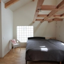 ガラスブロックより光を取り込む寝室