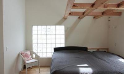 『永福の家』光と風が通り抜ける、明るくかわいらしい住宅 (ガラスブロックより光を取り込む寝室)
