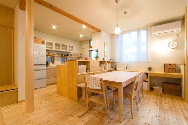 『クローバー house』オリーブの木が家族を見守る住まいの部屋 温かなダイニングキッチン