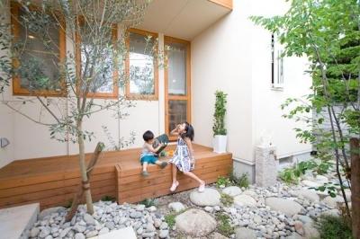 オリーブの木とデッキ (『クローバー house』オリーブの木が家族を見守る住まい)