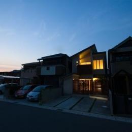 『YO.house』光と風が行き届く、優しさに包まれた住まい (外観夜景)