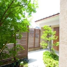 『YO.house』光と風が行き届く、優しさに包まれた住まい (木格子塀に囲まれた前庭)