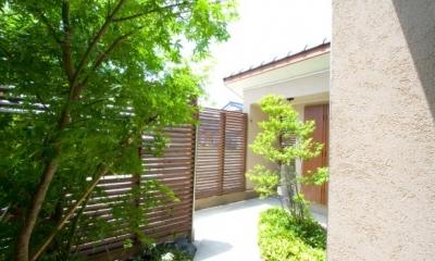 木格子塀に囲まれた前庭|『YO.house』光と風が行き届く、優しさに包まれた住まい