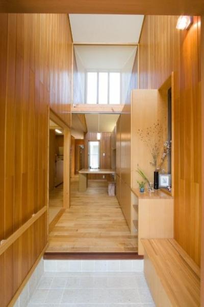 吹き抜けの玄関ホール (『YO.house』光と風が行き届く、優しさに包まれた住まい)