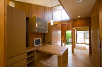 『YO.house』光と風が行き届く、優しさに包まれた住まい (木に囲まれたダイニング)