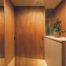 『ハイサイはうす』素材感、質感を生かすマンションリノベ (木目美しい玄関ドア)