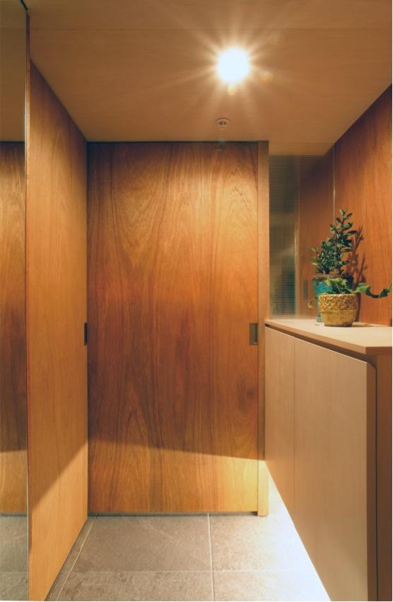 『ハイサイはうす』素材感、質感を生かすマンションリノベの写真 木目美しい玄関ドア