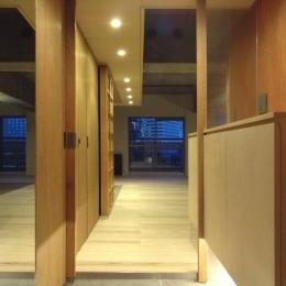 『ハイサイはうす』素材感、質感を生かすマンションリノベ (開放的な玄関ホール)