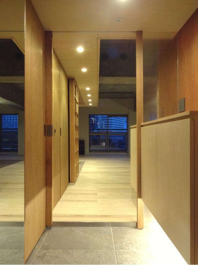 『ハイサイはうす』素材感、質感を生かすマンションリノベの写真 開放的な玄関ホール
