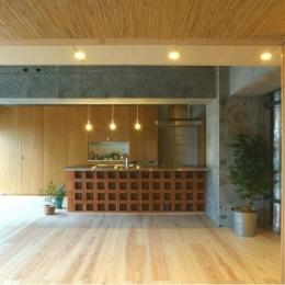 『ハイサイはうす』素材感、質感を生かすマンションリノベ (デザイン性の高いオープンキッチン)