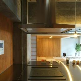 『ハイサイはうす』素材感、質感を生かすマンションリノベ (キッチンからの眺め)