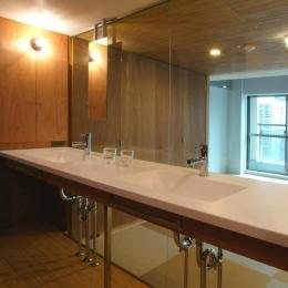 2つのシンクが並ぶガラス張りの洗面室 (『ハイサイはうす』素材感、質感を生かすマンションリノベ)