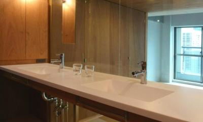 2つのシンクが並ぶガラス張りの洗面室|『ハイサイはうす』素材感、質感を生かすマンションリノベ