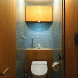 『ハイサイはうす』素材感、質感を生かすマンションリノベ (ガラスタイル壁のトイレ空間)