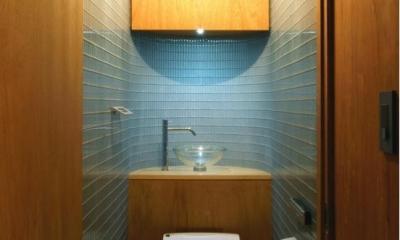 ガラスタイル壁のトイレ空間|『ハイサイはうす』素材感、質感を生かすマンションリノベ