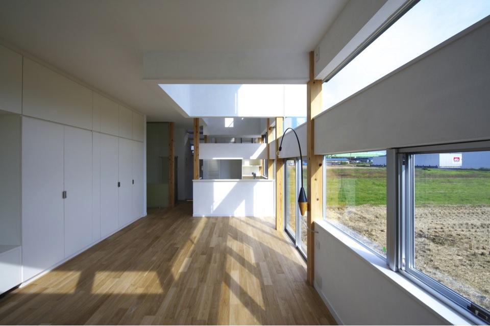 『ノンちゃんのいえ』家族の気配・風景がひとつながりの家の写真 白基調の明るいLDK