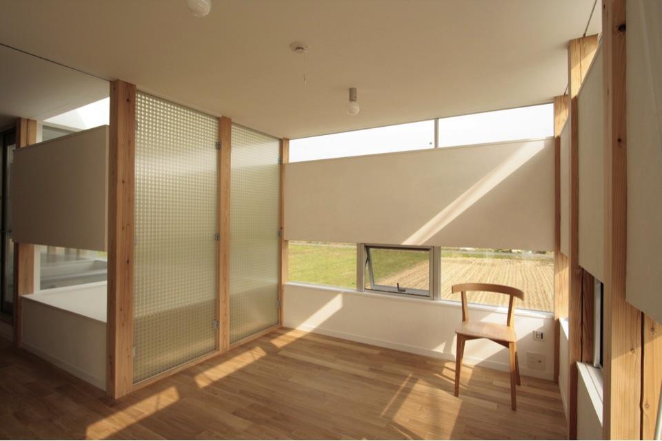 『ノンちゃんのいえ』家族の気配・風景がひとつながりの家の写真 柔らかな光に包まれる子供部屋