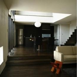 『house @ ck』大人シンプルモダンな住まい (スキップフロアで繋がるリビングダイニング)
