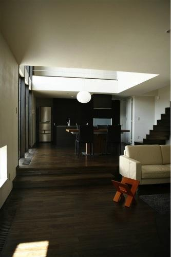 『house @ ck』大人シンプルモダンな住まいの部屋 スキップフロアで繋がるリビングダイニング