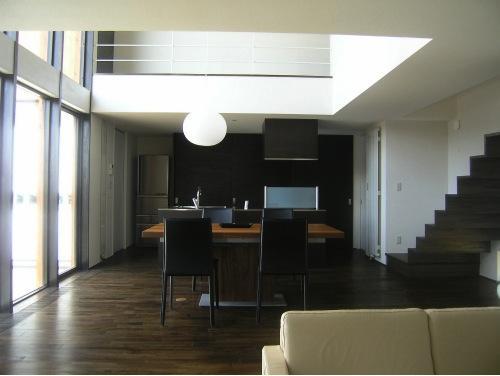 『house @ ck』大人シンプルモダンな住まいの部屋 リビングよりダイニングを見る