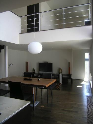 『house @ ck』大人シンプルモダンな住まいの部屋 吹き抜けのダイニング