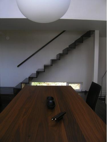 『house @ ck』大人シンプルモダンな住まい (ダイニング横の室内階段)