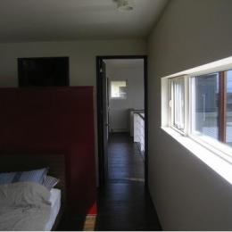 『house @ ck』大人シンプルモダンな住まい (日差しの入るベッドルーム)