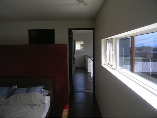 『house @ ck』大人シンプルモダンな住まいの部屋 日差しの入るベッドルーム