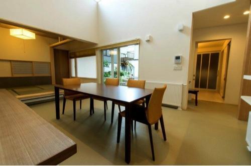 『house @ tk』家族の絆を深めるモビリティハウスの部屋 温かなダイニングスペース