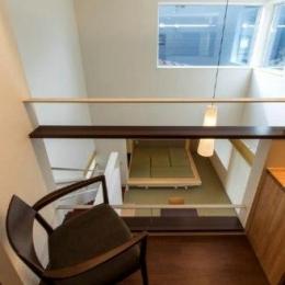 『house @ tk』家族の絆を深めるモビリティハウス (2階ホールよりLDKを見下ろす)