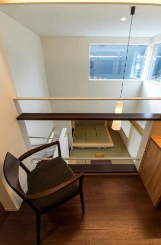 『house @ tk』家族の絆を深めるモビリティハウスの部屋 2階ホールよりLDKを見下ろす