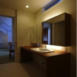 『house @ tk』家族の絆を深めるモビリティハウス (シックな洗面室)