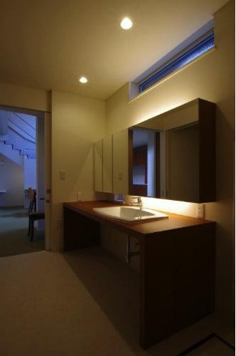 『house @ tk』家族の絆を深めるモビリティハウスの部屋 シックな洗面室