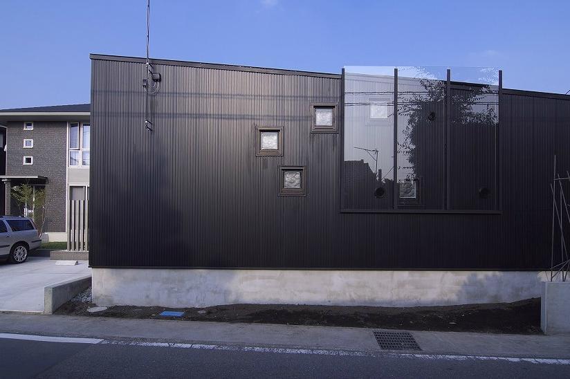 高崎T邸・正直素材仕上げの家の部屋 シンプルな外観-南西側