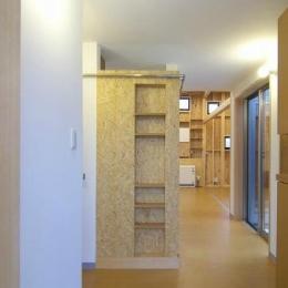 高崎T邸・正直素材仕上げの家 (玄関-正面壁はOSB+ニッチ棚)
