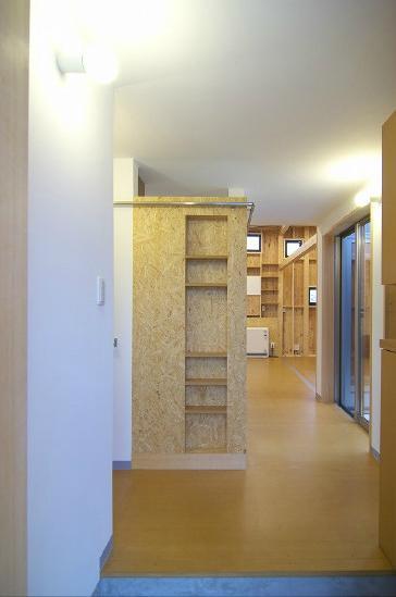 高崎T邸・正直素材仕上げの家の部屋 玄関-正面壁はOSB+ニッチ棚