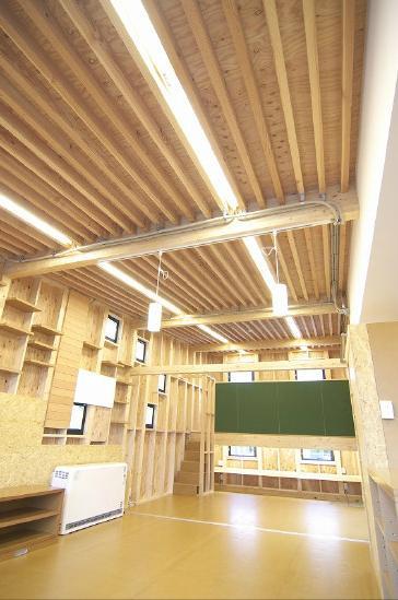 高崎T邸・正直素材仕上げの家の部屋 化粧垂木天井のリビングダイニング