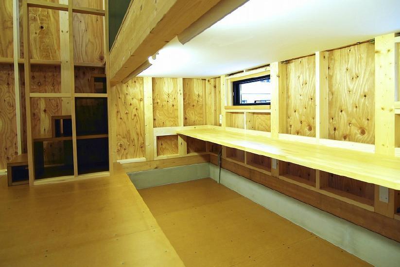 高崎T邸・正直素材仕上げの家の部屋 下側に設置した子供室ロフト