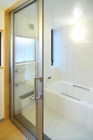 高崎T邸・正直素材仕上げの家の部屋 クリアな白タイルの浴室