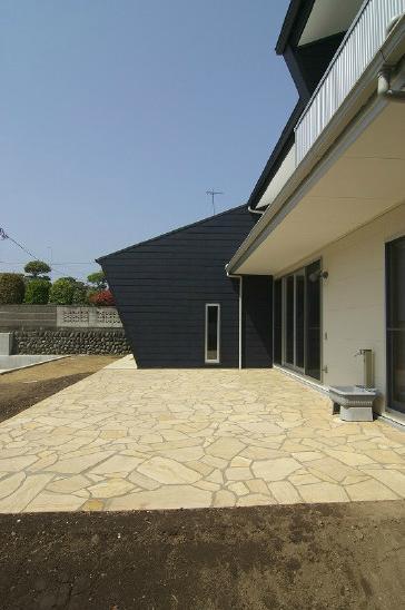 高崎U邸・石土間のある家の部屋 広く美しい石土間