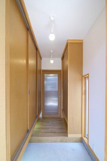 高崎U邸・石土間のある家の部屋 収納たっぷりの玄関