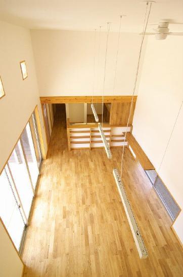 高崎U邸・石土間のある家の部屋 2階よりリビングを見下ろす