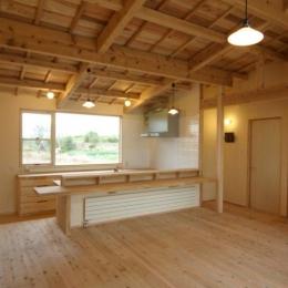 自然素材に囲まれたLDK (『須田の家』雄大なロケーションに建つアトリエ付き平屋住宅)