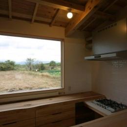 『須田の家』雄大なロケーションに建つアトリエ付き平屋住宅 (白神山地を望むことができるキッチン)