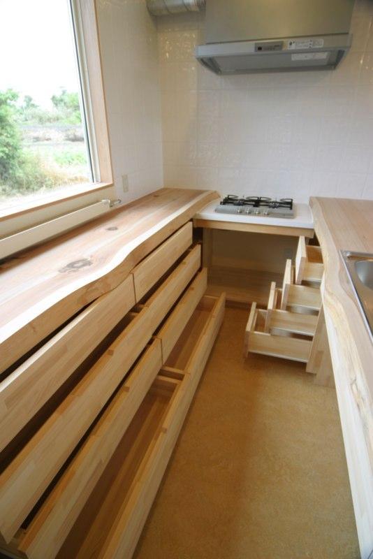 『須田の家』雄大なロケーションに建つアトリエ付き平屋住宅 (キッチン-造作収納)