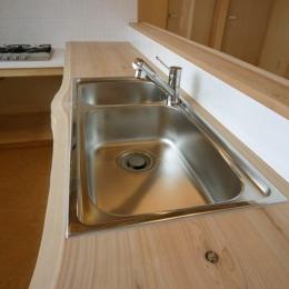 キッチン-木のワークトップ (『須田の家』雄大なロケーションに建つアトリエ付き平屋住宅)