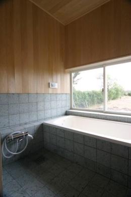 『須田の家』雄大なロケーションに建つアトリエ付き平屋住宅 (開放的な和風浴室)