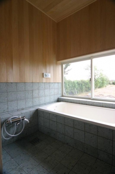 開放的な和風浴室 (『須田の家』雄大なロケーションに建つアトリエ付き平屋住宅)