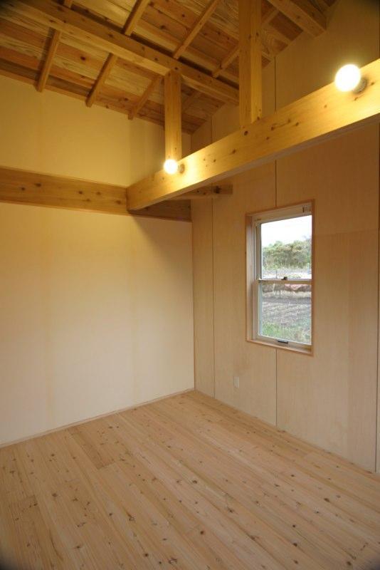 『須田の家』雄大なロケーションに建つアトリエ付き平屋住宅 (自然素材に囲まれた寝室)
